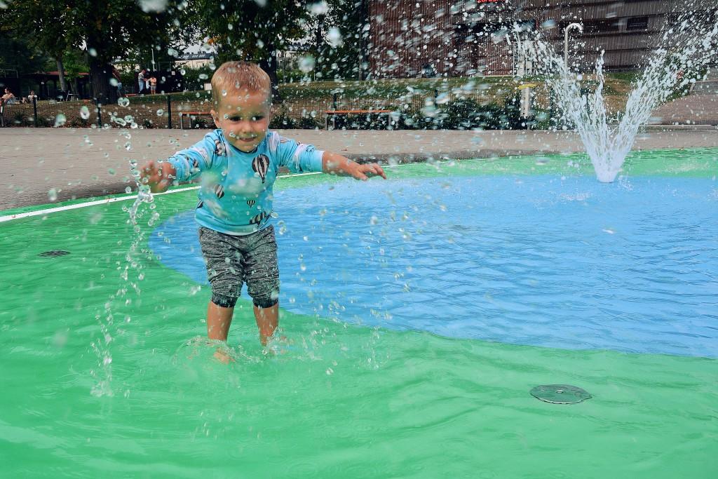 zabawy dziecka w wodzie