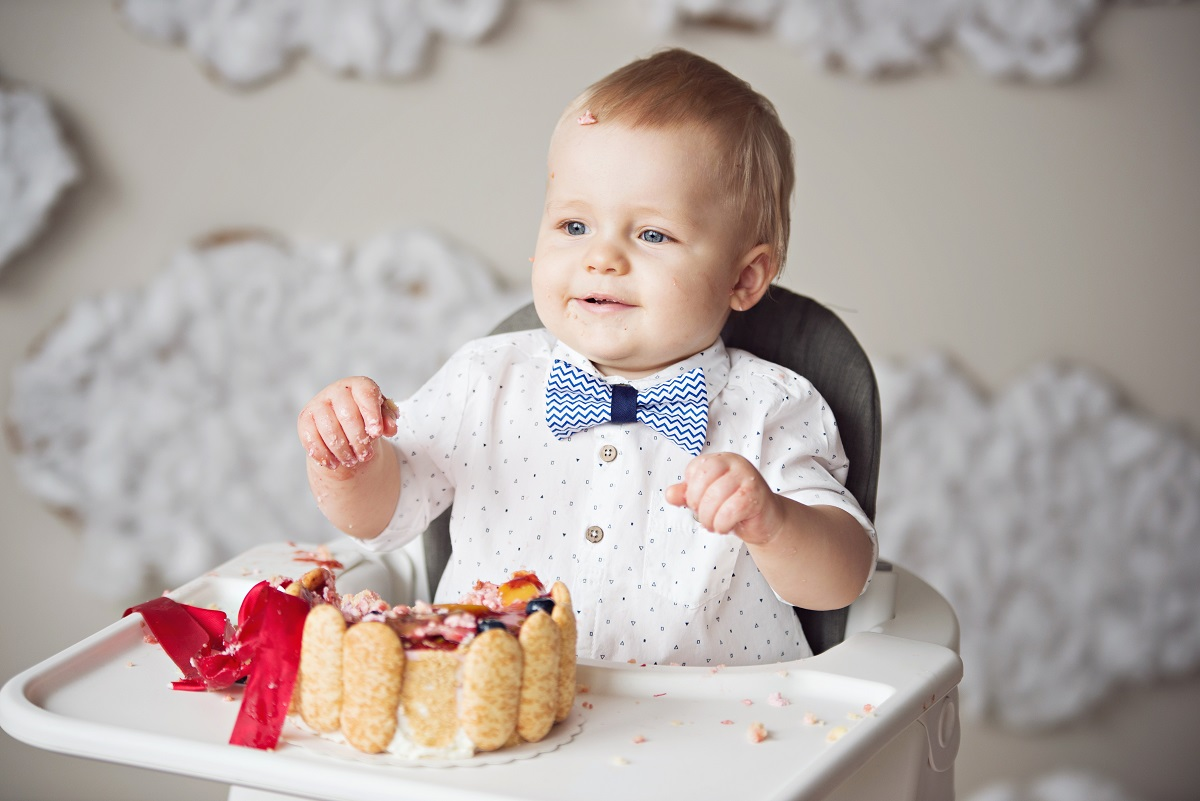 dziecko rozwala torta