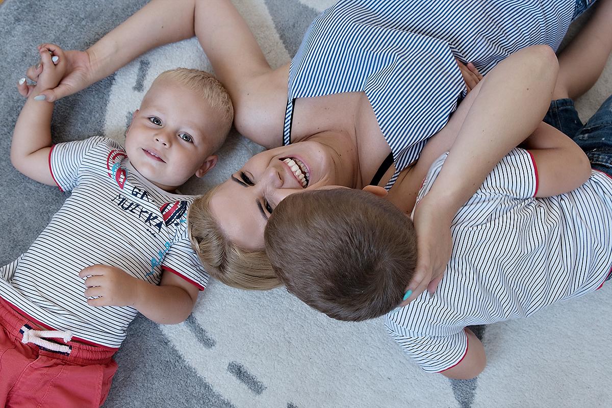mama dwóch chłopców szczęśliwa
