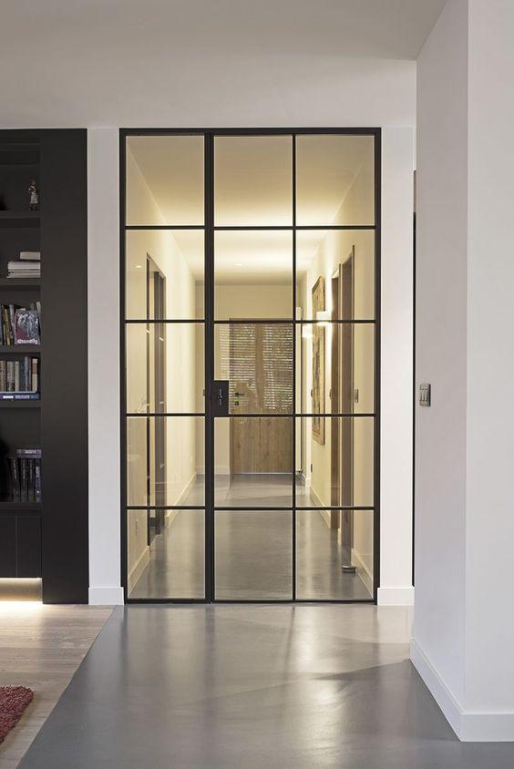 przedpokój ze szklanymi drzwiami