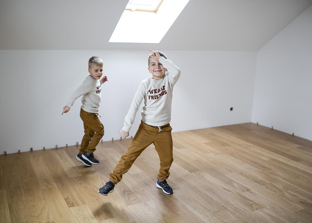 dzieci drewniana podłoga