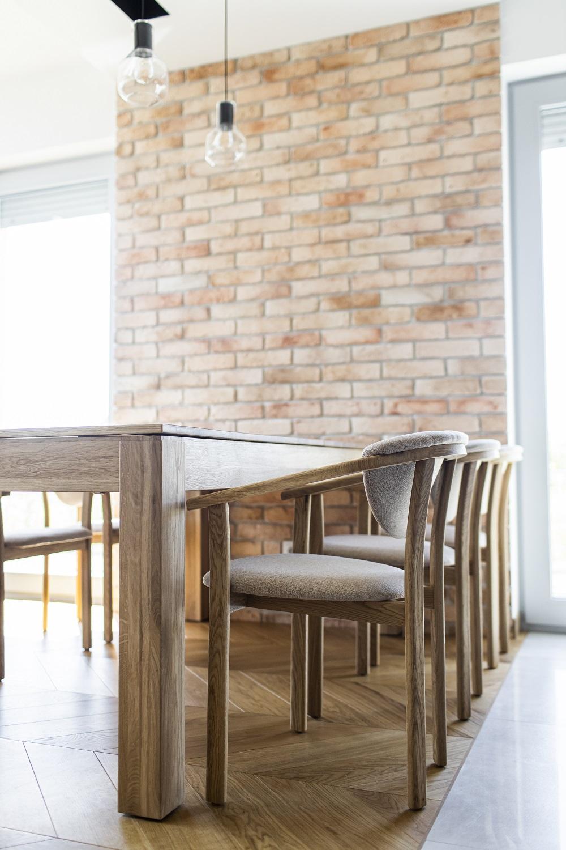 krzesło drewniane w jadalni