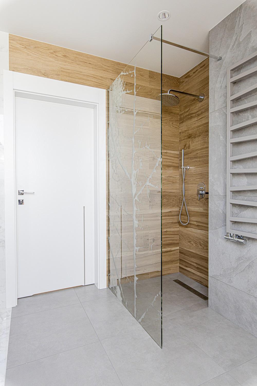 płytki drewnopodobne w strefie prysznica