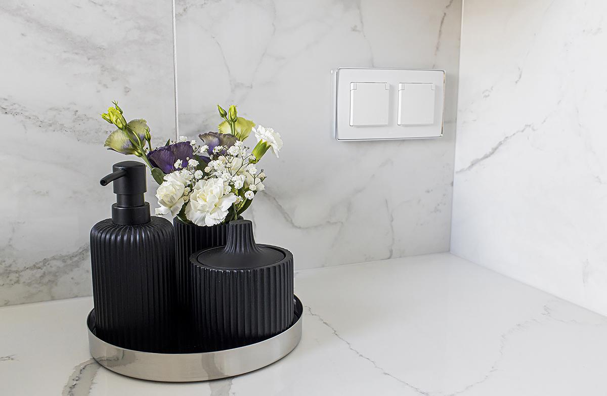 czarny dozownik do łazienki
