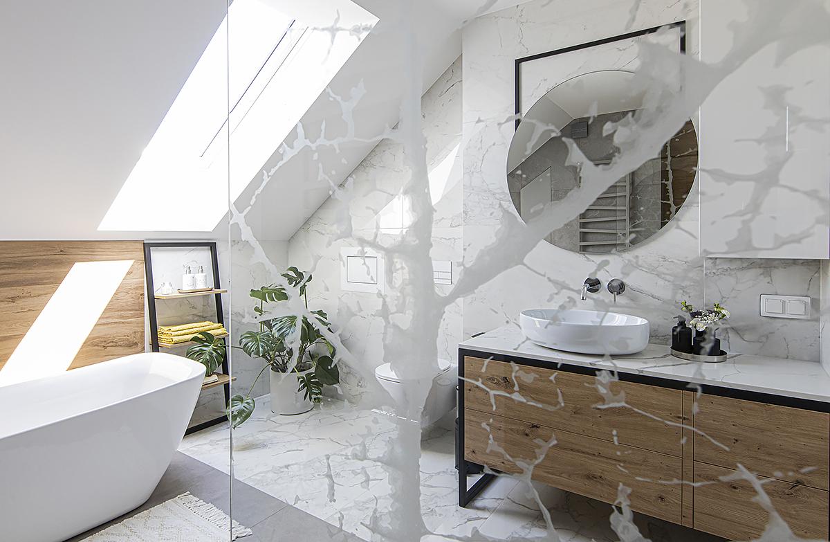 łazienka marmur w połączenie z drewnem