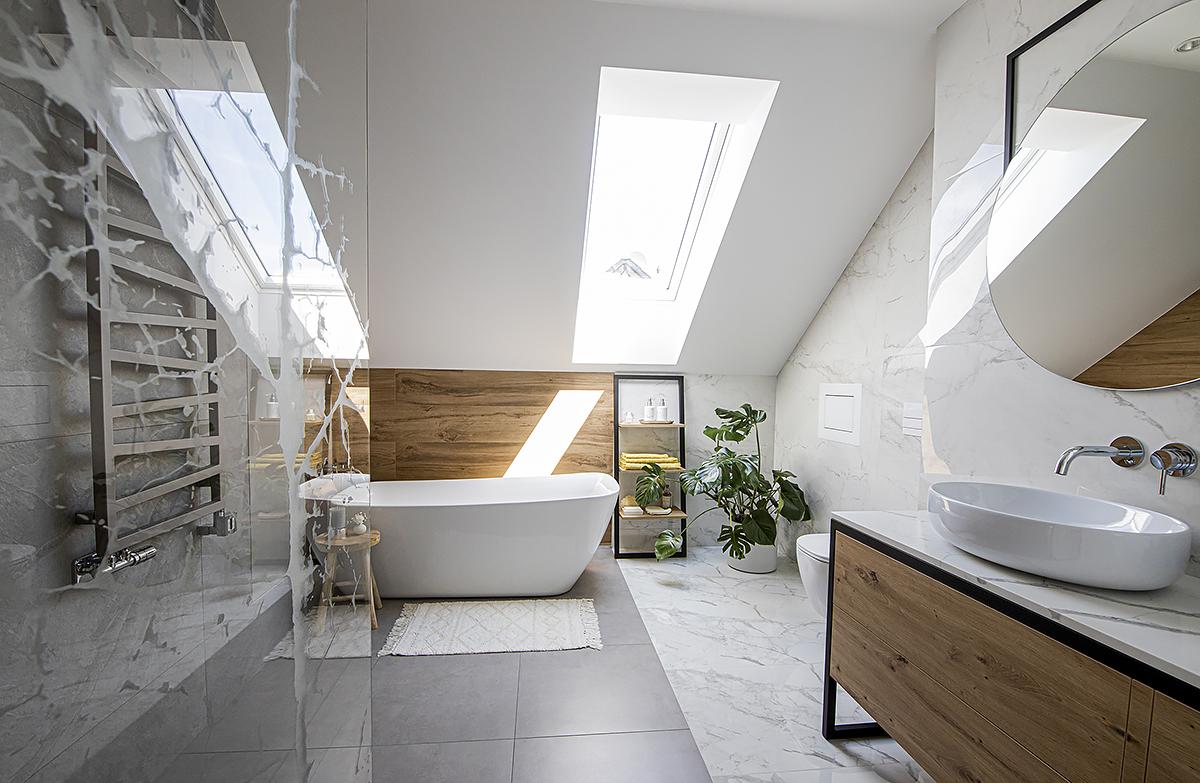 łazienka na poddaszu ze skosem